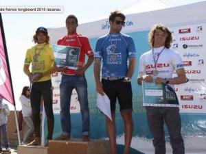 Le surfeur Robin Henry sur le podium
